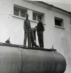 1956-BODEGACOOPERATIVADELECERA-CARGANDO-VINO-003